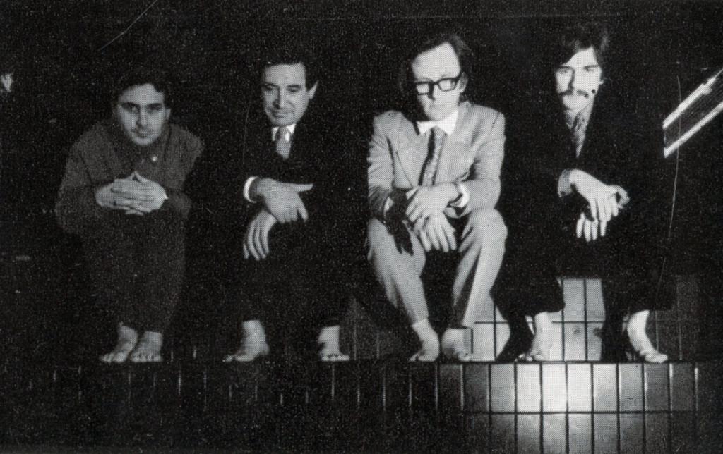 Prima foto di gruppo di Superstudio, sugli scalini del Mach2
