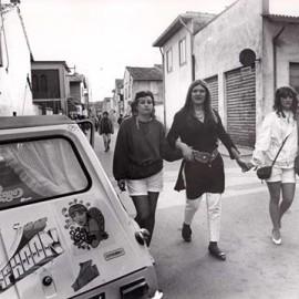 1982 - Aprile - Gambara - adesivi e popolo afro del Typhoon, © Renzo Bertasi