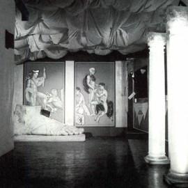 Interni della discoteca Kinki di Bologna, vista dell'ingresso con pavimento in amianto nero. © Domus 638 / aprile 1983.
