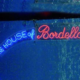 La scritta del privé House of Bordello del Plastic in viale Umbria